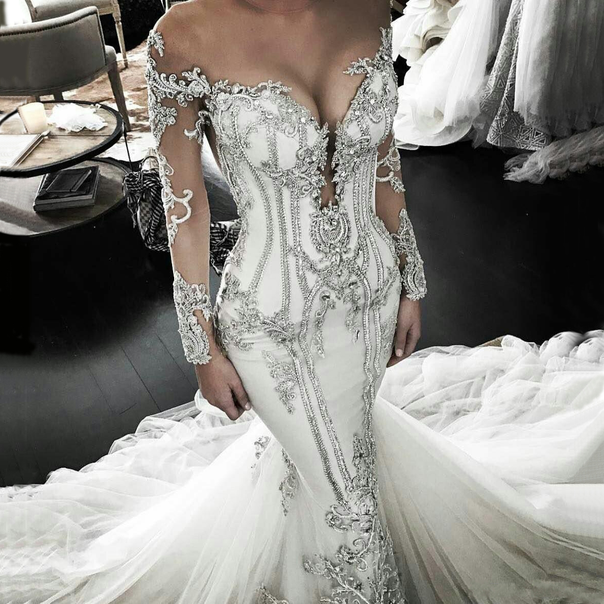 Select A Mermaid Wedding Dress To Show The Bride\'s Stature