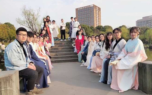 College student sets up company to sell Chinese-style accessories