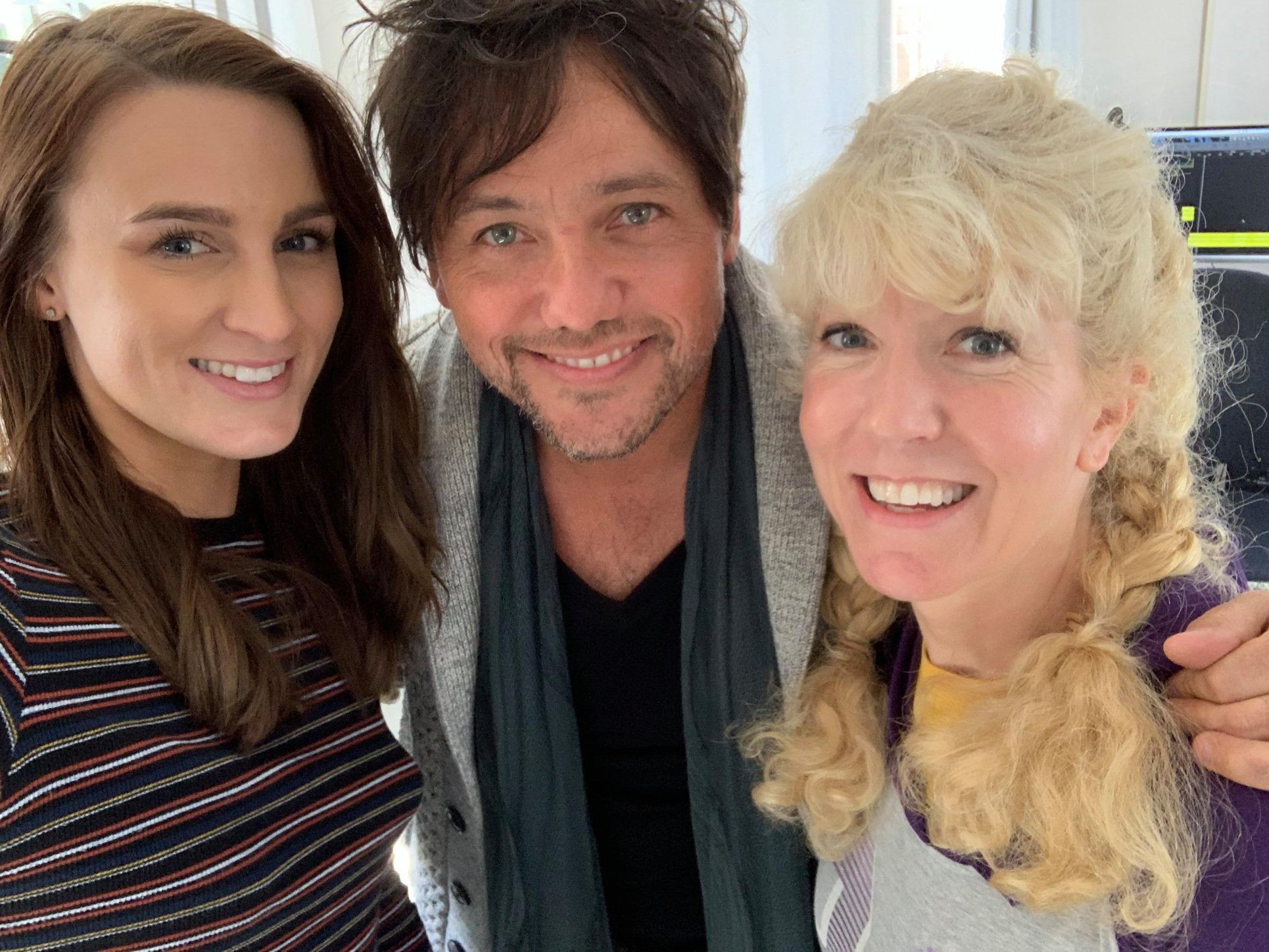 La compositora de Britney Spears Sandy Chila colabora con Susan Goforth y Maedi para la película Tema de la canción de Tomorrow's Today que se estrenará en el IDOC Drive in Festival - Hollywood, 3 de abril de 2021