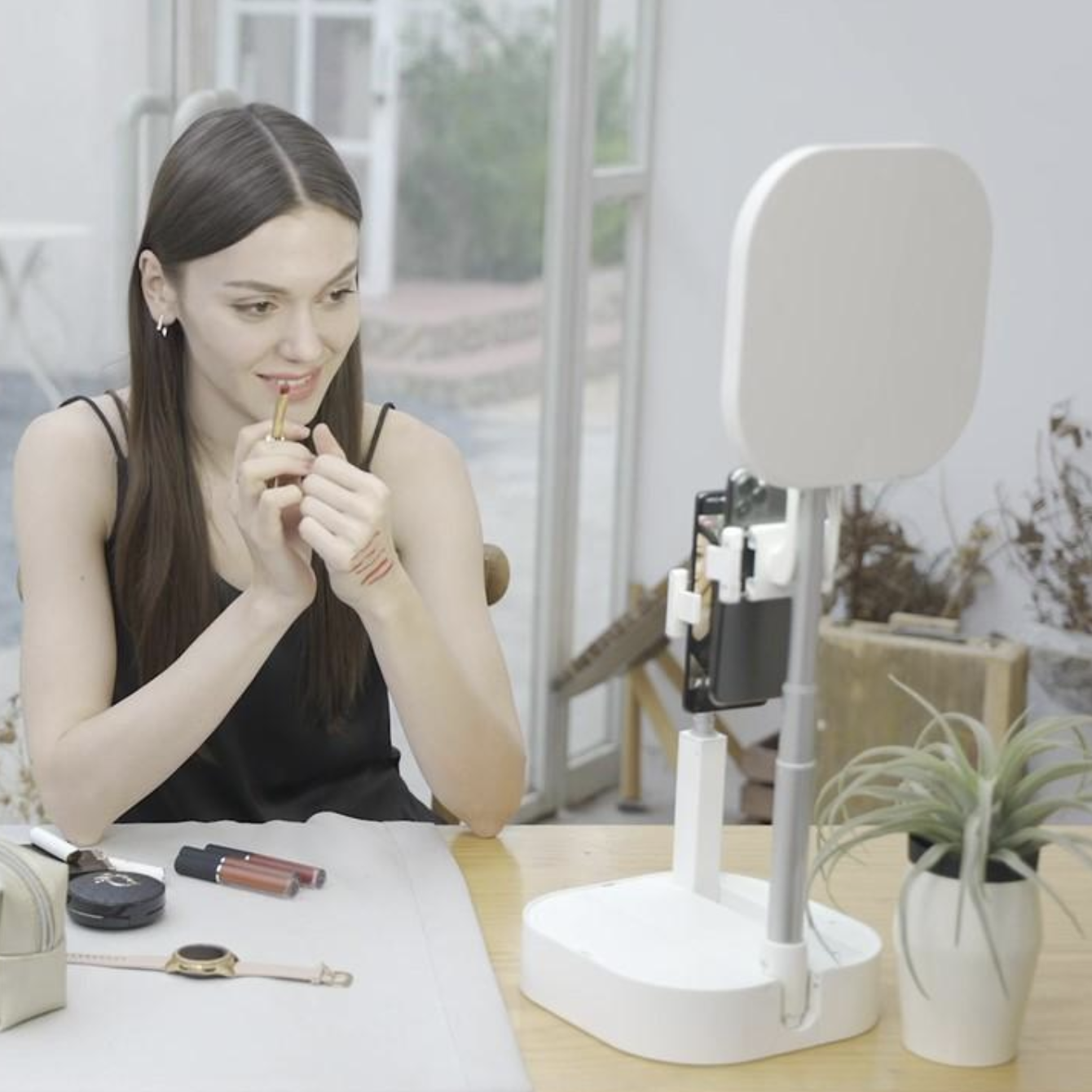Introducing De Light: The First All-In-One, Fold-Out Convertible Streaming Light & Stand Set